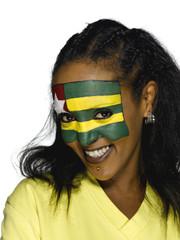 Weiblicher Fußball- Fan aus Togo , lächelnd