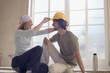 Junge Paare,die auf der Baustelle Spaß