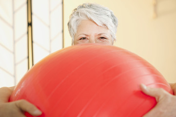 Senior Frau mit Gymnastikball,Portrait