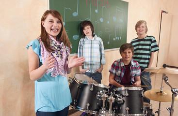 Deutschland,Emmering,Girl lächelnd mit Jungen im Hintergrund spielen Trommel,Portrait