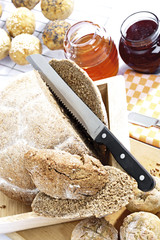 Vollkornbrot, Brötchen, Honig und Marmelade