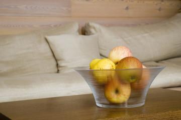 Glaskopf mit Äpfeln auf dem Tisch