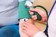 Senioren messen zuhause Blutdruck