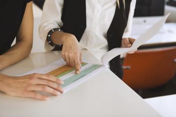 Zwei Frauen im Amt überprüfen Dokumente