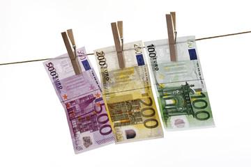 Verschiedene Euro-Banknoten hängen auf Wäscheleine