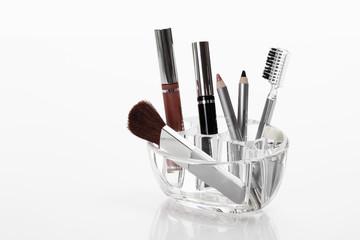 Vielfalt von Kosmetika in Rack vor weißem Hintergrund