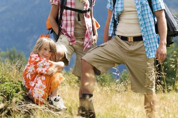 Paar mit Sohn (8-9) Wandern