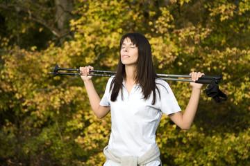 Brunette Frau macht Nordic Walking