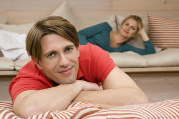Junges Paar im Wohnzimmer,Portrait