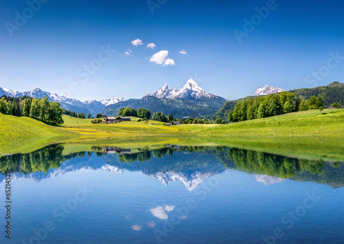 Papiers peints Alpes Idyllic summer landscape with mountain lake and Alps