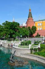 Москва, скульптуры на воде в Александровском саду у стен Кремля