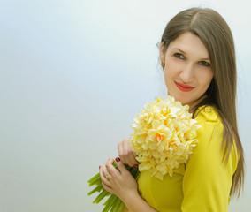 Красивая женщина с букетом цветов