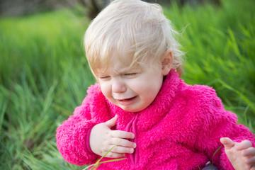 Weinendes Mädchen im Gras