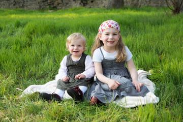 Glückliche Schwestern auf einer Wiese