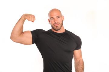 Fitnesstrainer zeigt Bizeps