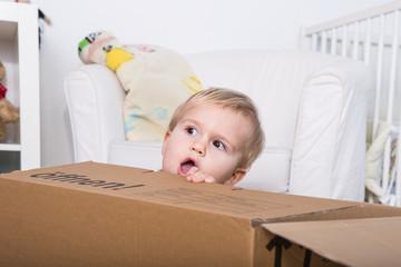 kind in der kiste