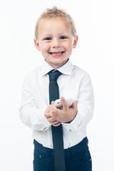 Petit garçon avec un téléphone