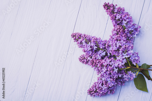 Foto op Canvas Lilac wooden background with lilac flowers