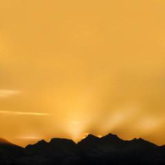 tramonto oltre le montagne