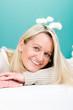 zufriedene blonde ältere frau
