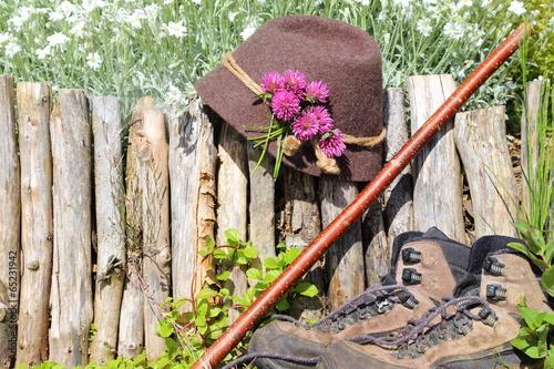wanderstock, hut und schuhe © monropic