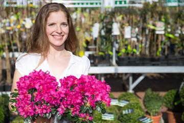 Kundin in Gärtnerei oder Blumenladen mit Blumen
