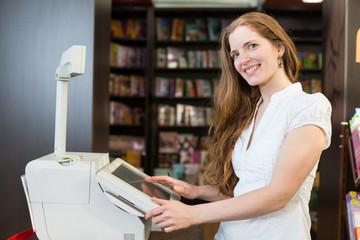 Kassiererin an der Kasse eines Buchladens oder Buchhandlung