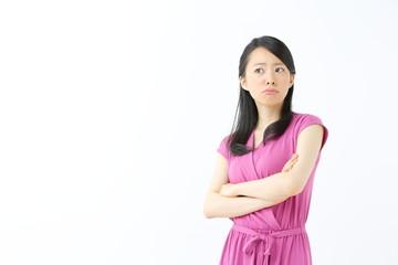 怒る若い女性