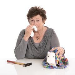 Traurige alte Frau: Geldsorgen im Alter