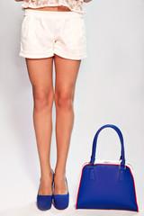 Женская сумка, туфли и ноги