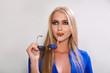 Постер, плакат: Модная блондинка с солнечными очками