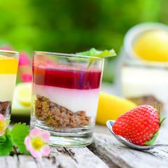 Erdbeerpüree auf Joghurt