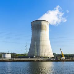 kühlturm des Atomkraftwerks tihange