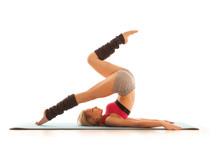 Jonge vrouw doen stretching oefening thuis