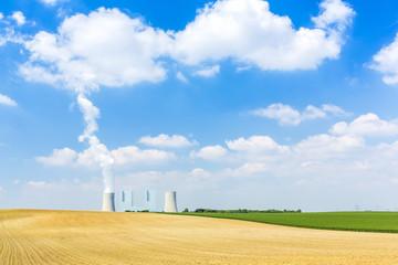 Braunkohlekraftwerk mit wolken himmel