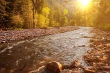 Górskie rzeki o zachodzie słońca