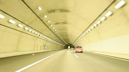 トンネルの入り口を入って走行するシーン
