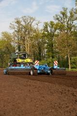 Ackerbau, Schlepper mit Bodenbearbeitungsgerät