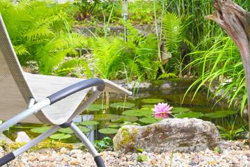 Relaxliege am Gartenteich