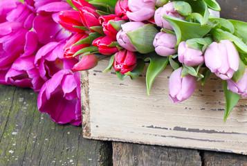 Tulpen auf Holztisch