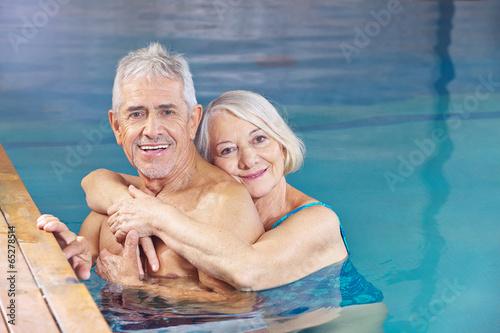 Paar Senioren gemeinsam im Schwimmbad - 65278514
