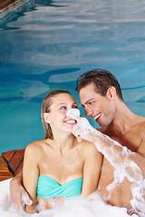 Paar hat Spaß im Whirlpool mit Schaum