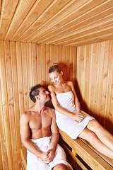 Paar bei Entspannung in Sauna vom Spa