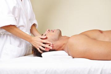 Mann bekommt Thai Massage im Spa