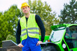 Bauarbeiter vor Baumaschine einer Baustelle