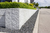 Neue Granitmauer im eigenen Garten