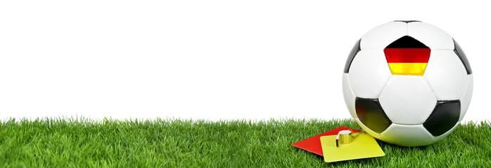 Fußball auf Kunstrasen mit Pfeife und Karten