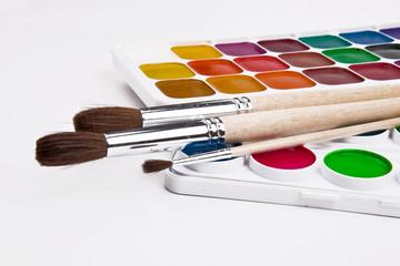 Краски и кисти для рисования