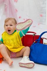 Модная девочка с сумками