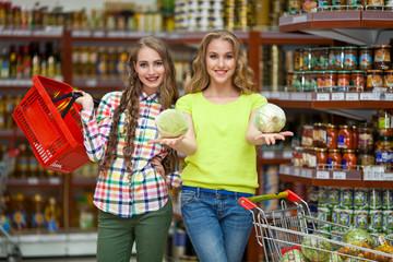 Девушки в супермаркете